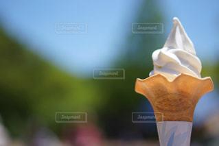 ソフトクリームと青空の写真・画像素材[2150907]