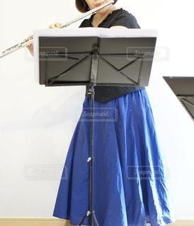 フルートを吹く女性の写真・画像素材[2507305]