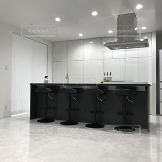 白いキャビネット、黒いカウンター付きのキッチンの写真・画像素材[1155671]