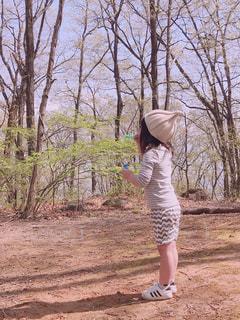 森の中でシャボン玉の写真・画像素材[1155703]
