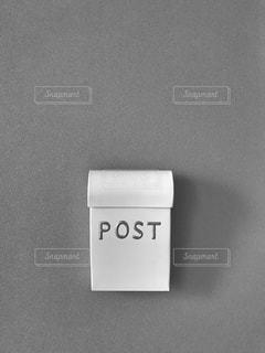 白いポストの写真・画像素材[1157480]