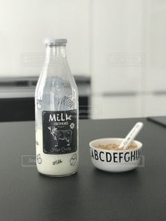 ミルクの瓶とシリアルの写真・画像素材[2796378]