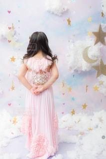 ドレスを着た若い女の子の写真・画像素材[2796380]