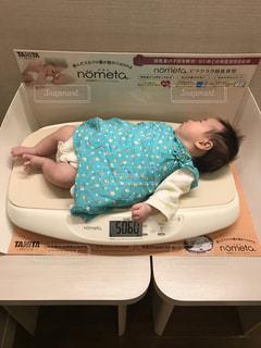 赤ちゃん体重測定の写真・画像素材[1155945]