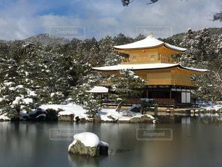 雪の中の金閣寺の写真・画像素材[1156357]