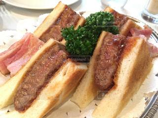 豪華な牛カツのサンドイッチの写真・画像素材[1156362]