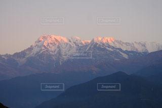 背景の大きな山のビューの写真・画像素材[1158431]