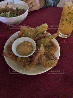 テーブルの上に食べ物のプレートの写真・画像素材[1183293]
