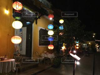夜のライトアップされた街の写真・画像素材[1183312]