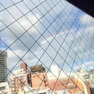 雨上がりの窓の外に虹の写真・画像素材[1182996]