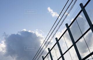 フェンス越しの空の写真・画像素材[1263373]