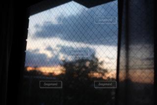窓の外の夕暮れの写真・画像素材[1272434]
