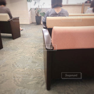 椅子に座って待つ人々の写真・画像素材[1281172]