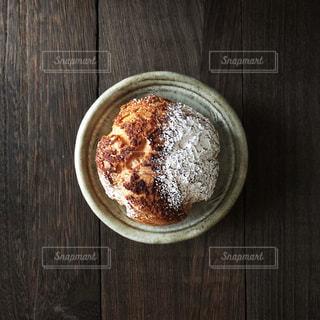 木製テーブルの上のシュークリームの写真・画像素材[1340702]