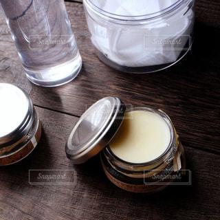 テーブルの上の化粧品の写真・画像素材[1377710]