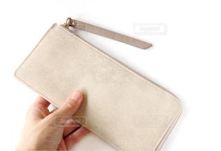 財布を持つ手の写真・画像素材[1488976]