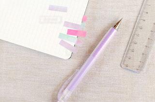 テーブルの上の鉛筆の写真・画像素材[1530176]