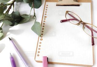 白いテーブルの上の文房具の写真・画像素材[1553072]