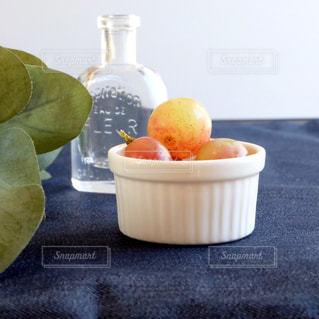 テーブルの上の葡萄の写真・画像素材[1583425]