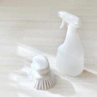 白いスプレーボトルとブラシの写真・画像素材[1604880]