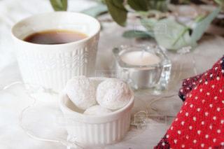 テーブルの上のコーヒーと焼き菓子の写真・画像素材[1643247]