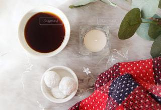 テーブルの上のコーヒーと焼き菓子の写真・画像素材[1643251]