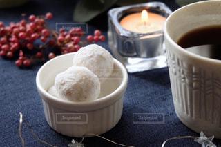 テーブルの上のコーヒーと焼き菓子の写真・画像素材[1643294]