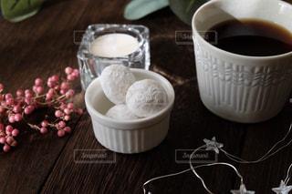 テーブルの上のコーヒー カップと焼き菓子の写真・画像素材[1644827]