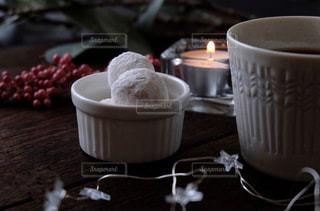 テーブルの上のコーヒーと焼き菓子の写真・画像素材[1644829]