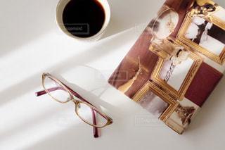 コーヒーと本とメガネの写真・画像素材[1680500]