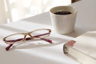 テーブルの上のコーヒー カップの写真・画像素材[1680501]