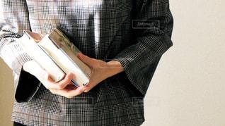 本を持っている手の写真・画像素材[1758219]