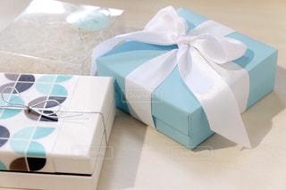 テーブルの上の青と白のボックスの写真・画像素材[1817120]