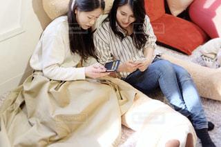 ソファに座る女性の写真・画像素材[1823040]
