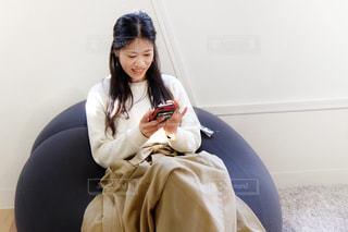 クッションに座る女性の写真・画像素材[1823051]