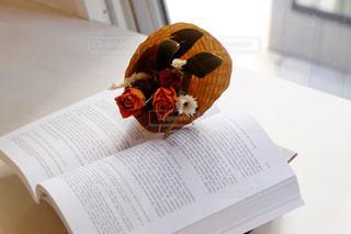 テーブルの上の本と花束の写真・画像素材[1856738]