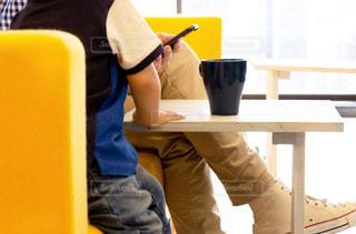 テーブルの上のカップの写真・画像素材[2071214]