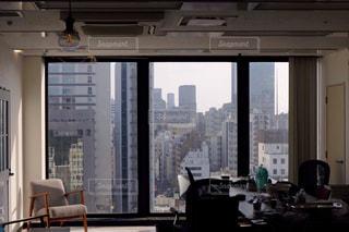 リビング ルームと大きな窓の写真・画像素材[2081879]