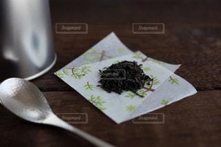 木製のテーブルの上に置かれた葉っぱの写真・画像素材[2342174]