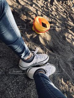 靴の上に横になっている人の写真・画像素材[1156809]