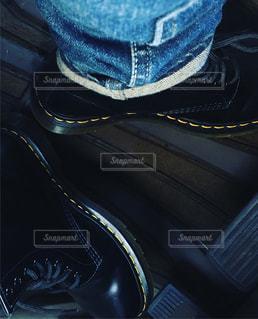青い靴を履いて足のペアの写真・画像素材[1157017]