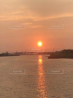 水の体に沈む夕日の写真・画像素材[1364344]