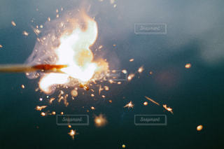 空に花火のグループの写真・画像素材[1427889]
