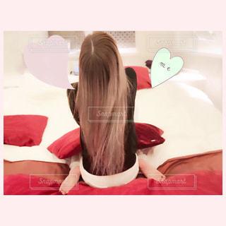 ベッドの上に座っている女性の写真・画像素材[1157492]