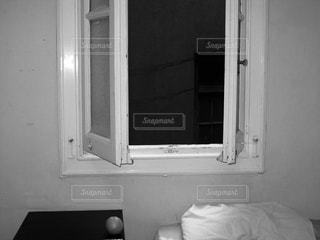 窓とオレンジの写真・画像素材[1164458]