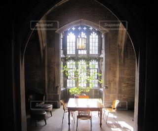 窓辺のテーブルの写真・画像素材[1160378]