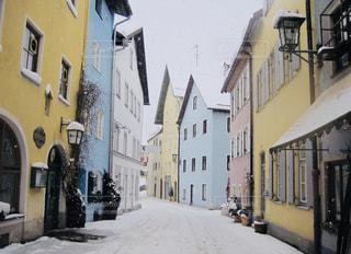 狭い街の建物の側に建物と通りの写真・画像素材[1160792]