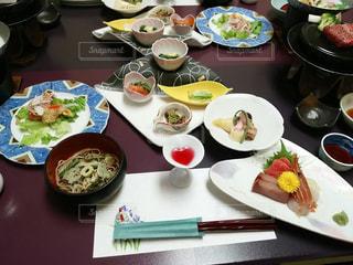 テーブルな皿の上に食べ物のプレートをトッピングの写真・画像素材[1170328]