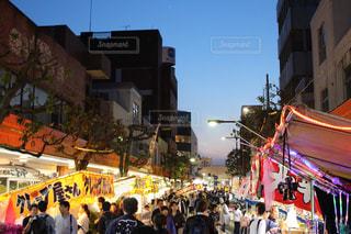 通りを歩く人々 のグループの写真・画像素材[1204061]