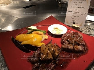 テーブルの上に食べ物のプレートの写真・画像素材[1320376]